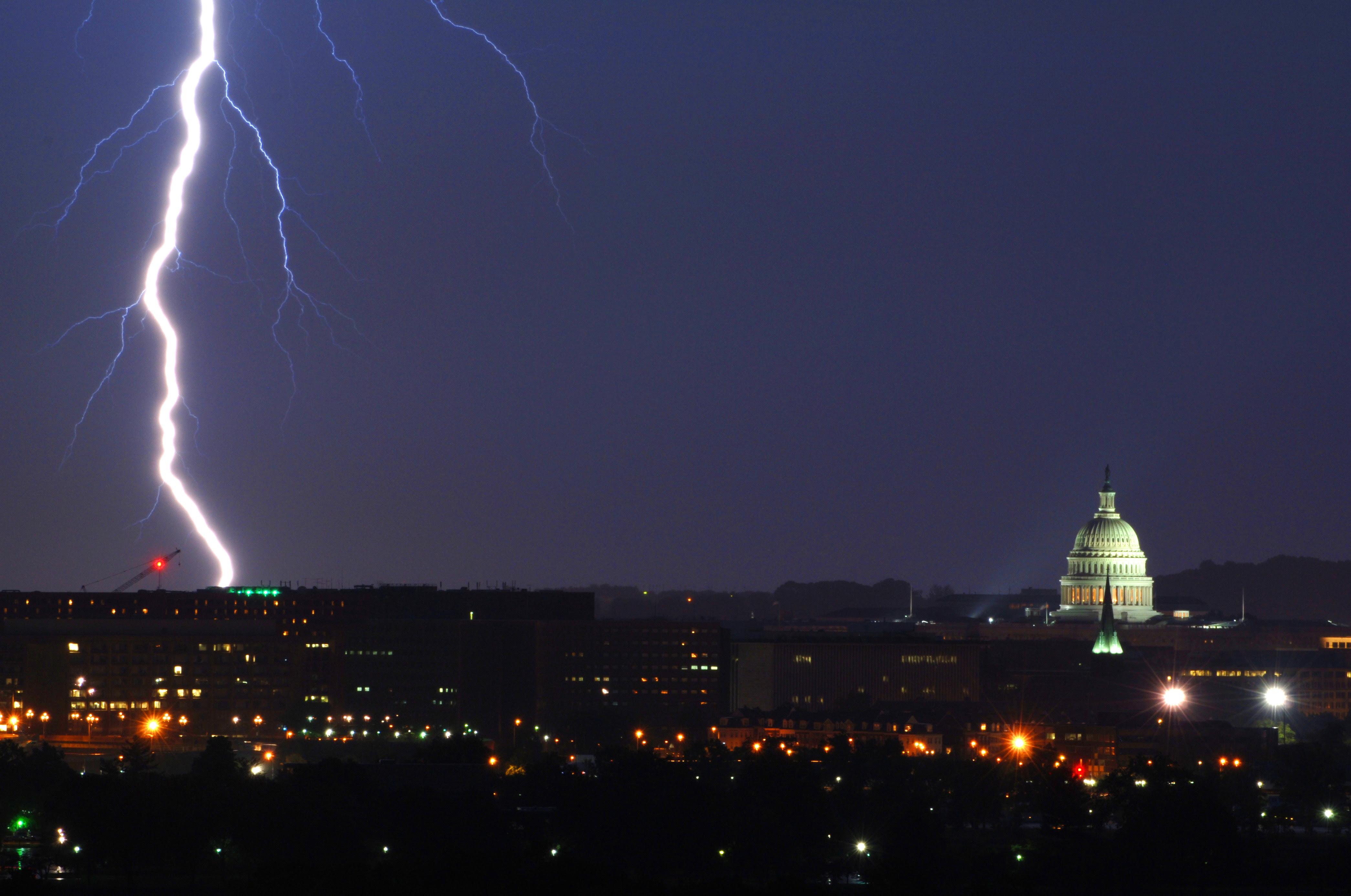 http://upload.wikimedia.org/wikipedia/commons/f/f4/Lightning_strike_near_Capitol_building.jpg