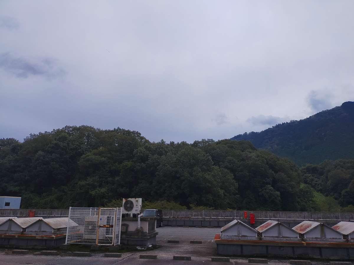 周りは山々に囲まれています。