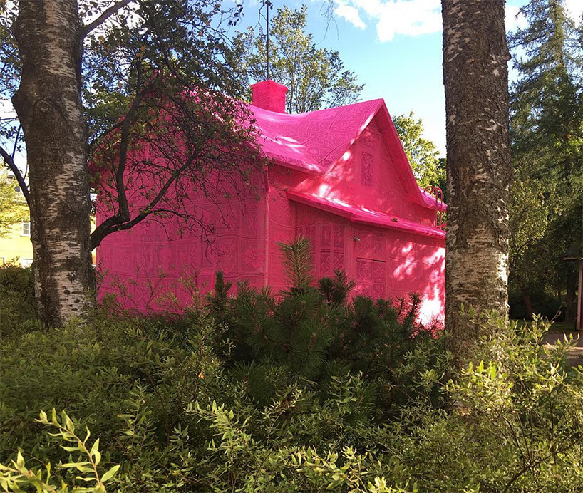 olek-pink-house-crochet-designboom-02