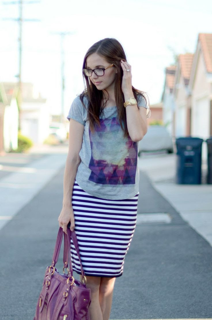 cute combo. striped pencil skirt + graphic tee + a big bold colored purse