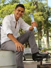 Jovem evangélico paga faculdade de direito com trabalho de engraxate e agora estuda para se tornar promotor de Justiça