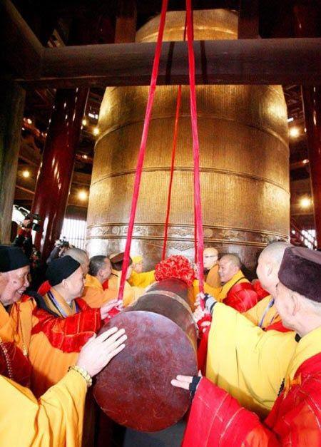 Chuông chùa cao 8,608 m với đường kính dài 5,242 m. Chuông cân nặng... 108 tấn và được trang trí bằng những tranh điêu khắc phỏng theo kinh Phật.