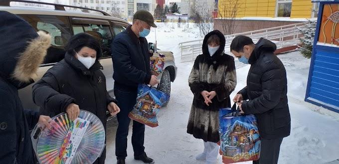Наталья Западнова и Владислав Фоменко передали пациентам Нижневартовской детской больницы наборы для творчества и сладкие подарки