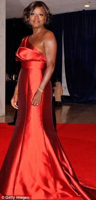 Damas de vermelho: Elizabeth Banks optou por um vestido sem alças comprimento tomate vermelho-chão, enquanto indicado ao Oscar, a atriz Viola Davis usou um tom mais escuro número vermelho cereja