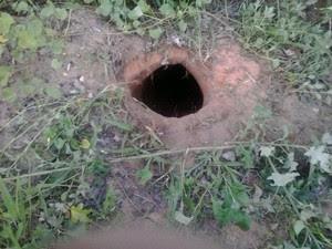 Agentes penitenciários encontraram buraco por onde supostamente os presos fugiram (Foto: Divulgação)