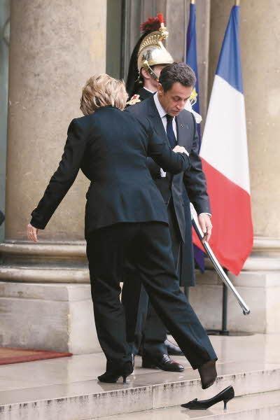 2010년 1월 파리 엘리제궁에서 계단을 오르다 구두가 벗겨진 힐러리 클린턴 /김영사 제공, KCSPPress, Splash News, Newscom