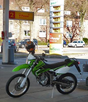 Kawasaki an der Shell Tankstelle