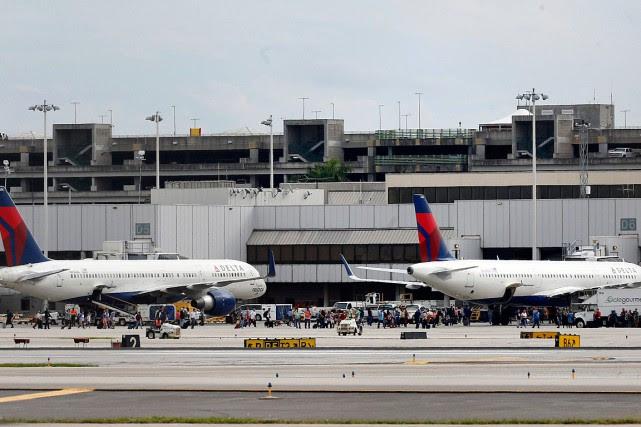 Des passagers se sont retrouvés sur le tarmac... (Photo AP/Al Diaz, Miami Herald)