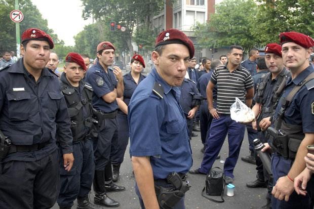 Em greve, membros da infantaria bloqueiam rua em frente ao seui QG, nesta segunda-feira (9), em La Plata (Foto: AFP)
