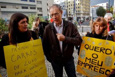 Francisco Louçã fala com trabalhadoras da Páginas Amarelas durante o seu protesto contra o despedimento colectivo, em frente ao edifício da PT, em Lisboa. José Sena Goulão/LUSA
