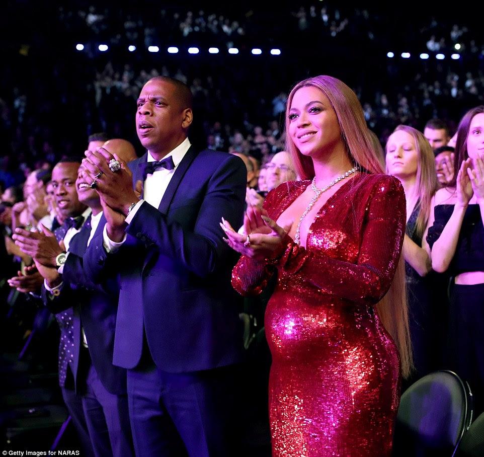 Pagando seus respeitos: O marido e a esposa aplaudiram durante o desempenho do príncipe