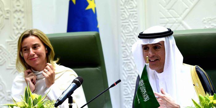 In ginocchio da te: l'amore incondizionato della Mogherini per i sauditi si compie nel silenzio assoluto