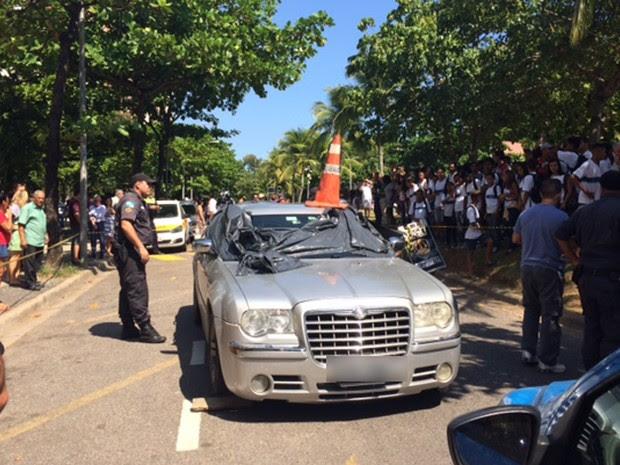 Carro importado onde estava o motorista que foi assassinado na Barra da Tijuca (Foto: Alba Valéria Mendonça/ G1)