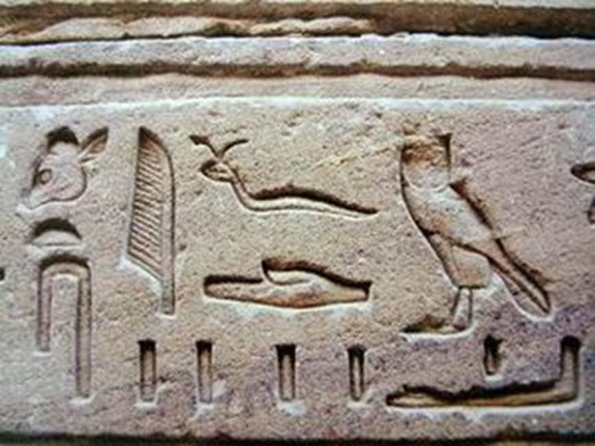 Jeroglíficos egipcios típicos de la época grecorromana, esculpidos en un relieve. (CC BY-SA 3.0)
