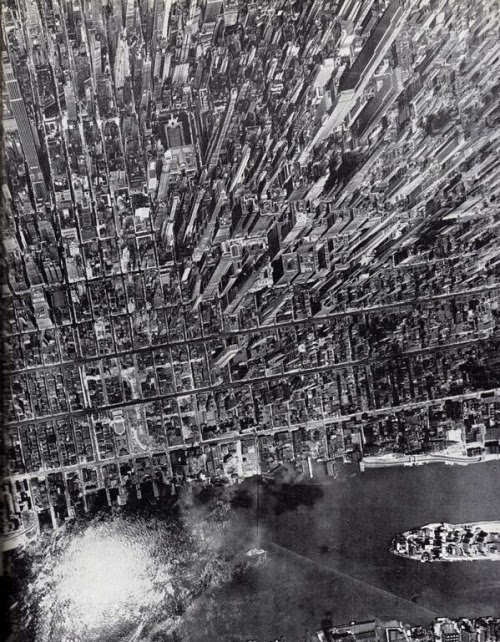 darkbloomiana:  Aerial view of New York City by Andreas Feininger, 1944. From @NewYorkologist on twitter: https://twitter.com/newyorkologist/status/450317323308912640