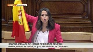 383889_2003010_El_moment_en_que_Ines_Arrimadas_mostra_una_bandera_espanola_en_ple_