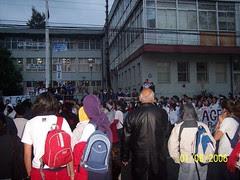 estudiantes de colegios pagados asisten a sus compañeros en paro