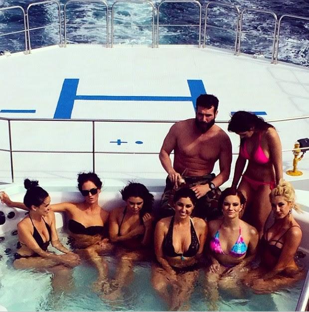 Dan Bilzerian é conhecido por postar imagens de festas extravagantes, sempre com muitas mulheres (Foto: Reprodução/Instagram/danbilzerian)