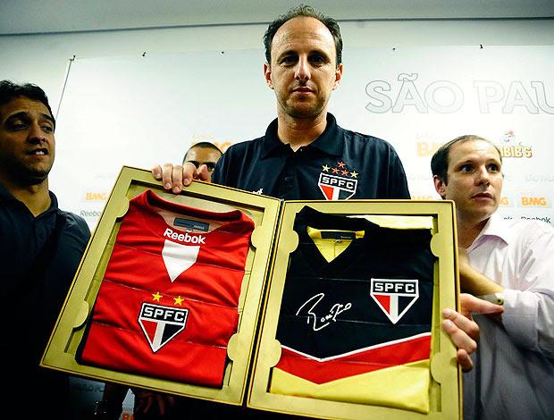 Rogério Ceni com a camisa comemorativa do gol 100 (Foto: Marcos Ribolli / GLOBOESPORTE.COM)
