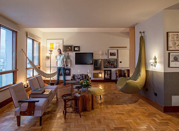 poltrona-madeira-sala-de-estar-neutro-mesa-de-centro-rede-quadros (Foto: Gui Morelli/Editora Globo)