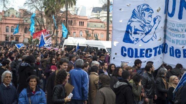 Cientos de personas se manifestaron en la Plaza de Mayo.