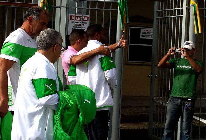 torcedor tira fotos com jogadores da Argélia (Foto: Jorge Natan)