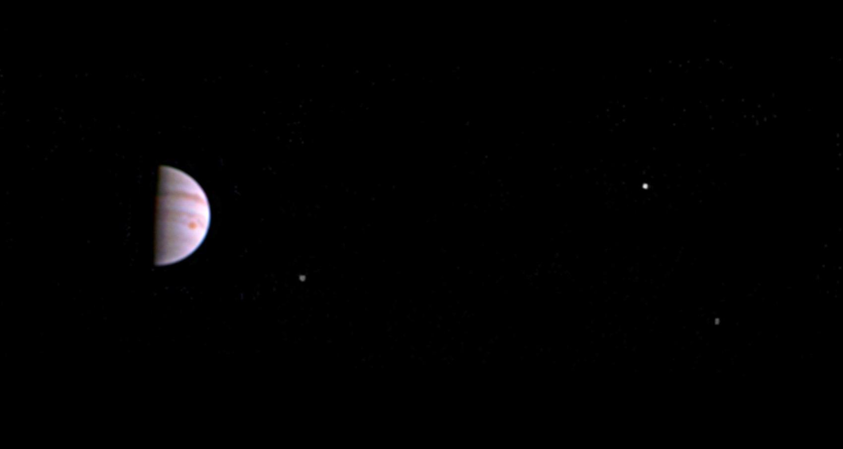 Imagem feita pela JunoCam mostra Júpiter e três das quatro luas do planeta  (Foto: NASA/JPL-Caltech/SwRI/MSSS)