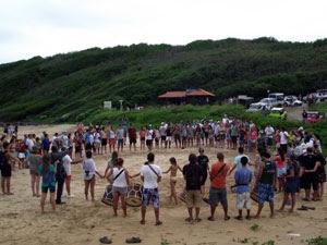 Manifesto em defesa dos manguezais, em Fernando de Noronha (Foto: Ana Clara Marinho / Globo Nordeste)