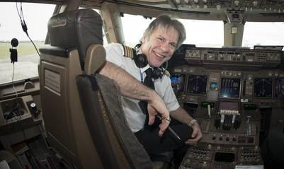 El cantante de la banda Iron Maiden, Bruce Dickinson, pilotea el avión que se accidentó.