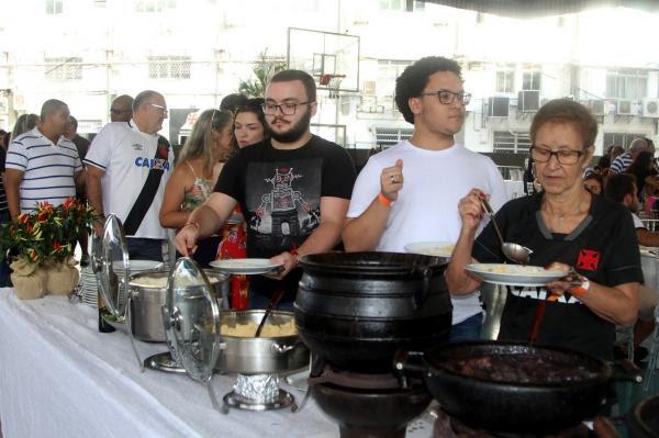 Os convidados fizeram fila para saborearem o almoço especial