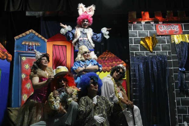 Allyce no País das Marabibas é espetáculo comemorativo de 25 anos da Trupe do Barulho. Crédito: Ricardo Fernandes/D.P./D.A. Press