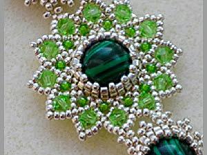 collana di perle con le mani, bei circuiti di perle intrecciato