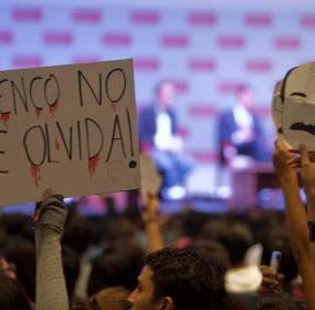 Estudiantes repudian visita de EPN a la Ibero. Foto: Germán Canseco