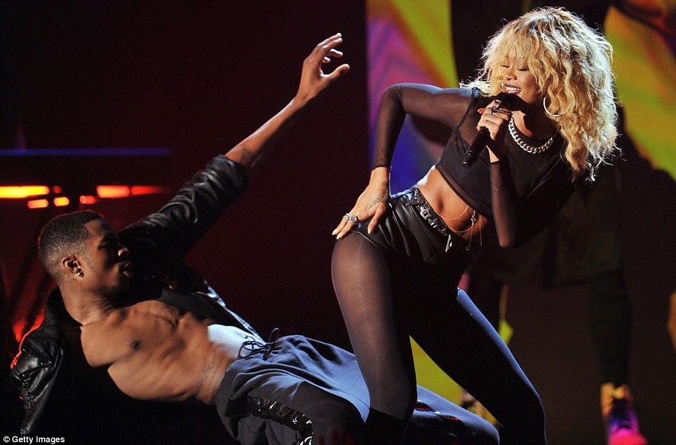 Provocador, não?  A 23-year-old beleza Bajan tem brincalhão com um bailarino no palco do Grammy