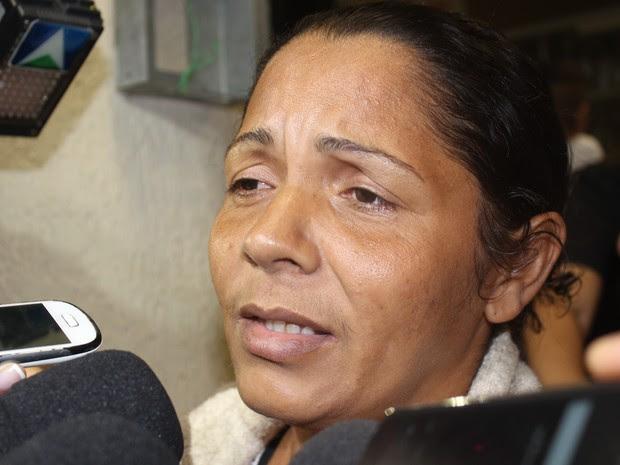 'A polícia levou um bem valiosíssimo', disse Terezina ao chegar no Piauí (Foto: Fernando Brito/G1)