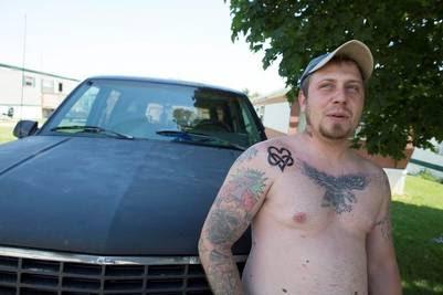 Mike vive en el trailer park de Windsor Acres. Ex convicto, no puede votar y tiene una mirada desencantada de la política.