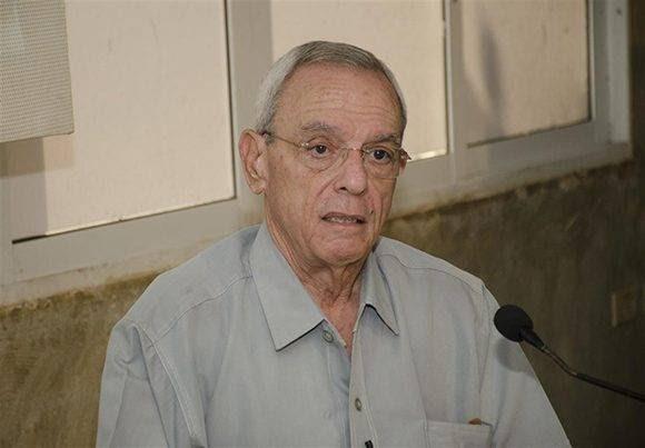 """""""No estoy de acuerdo con que la bandera cubana sea un delantal"""", dijo Eusebio y el público le ovacionó. Foto: Alexis Rodríguez."""