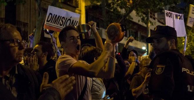 La policía intenta evitar que la manifestación avance por la calle Génova.- JAIRO VARGAS