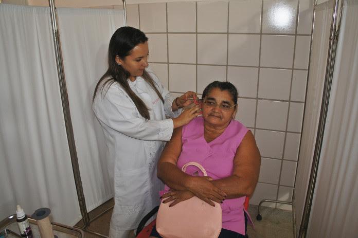 Dra. Vanessa Penha fazendo o tratamento na paciente Maria de Lourdes Soares da Silva de 59 anos (Foto: Sezimar)