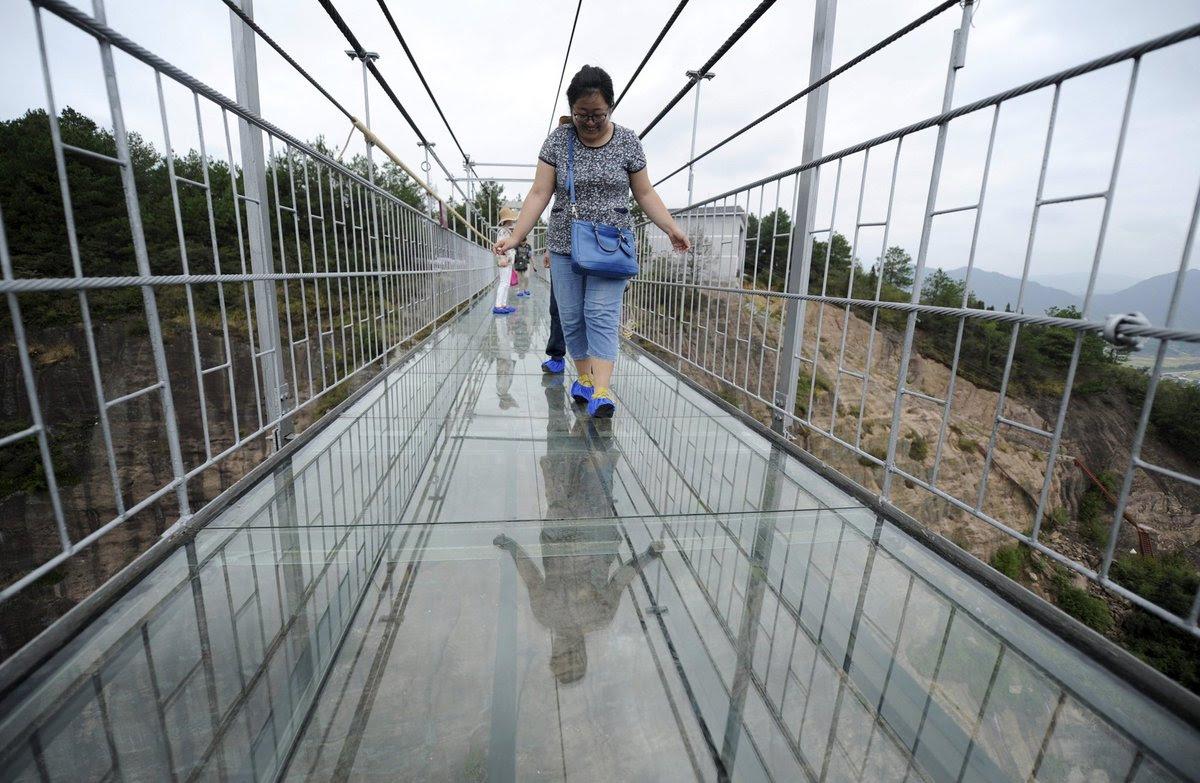 A ponte mais aterrorizante da China: 300 metros de aço e vidro transparente 09