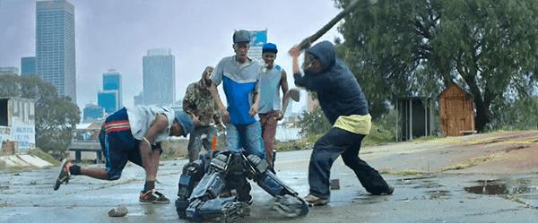 Chappie é jogado nas ruas por seu pai para fortalecê-lo.  Ele acaba sendo espancado por um grupo de bandidos como música dramática toca ao fundo.  Poooor Chappie!  :(