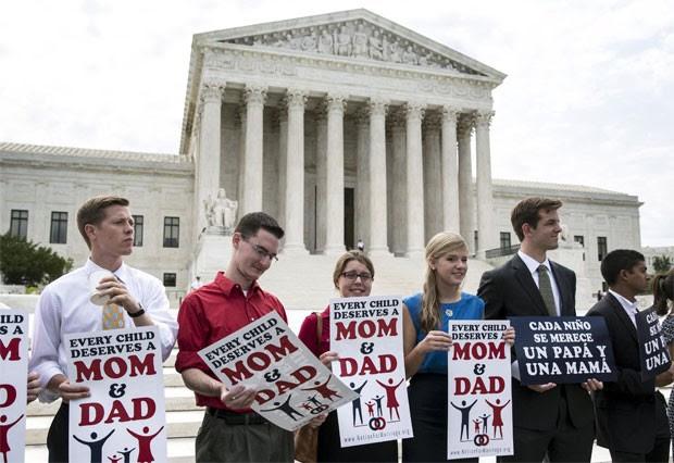 Opositores do casamento gay protestam nesta sexta-feira em Washington, em frente à Suprema Corte (Foto: Joshua Roberts/Reuters)