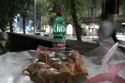 Una cena perfetta sul bordo di strada by Ylbert Durishti