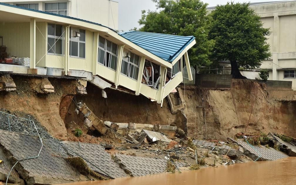 Foto mostra os danos na Hiramatsu Junior High School após inundação em Asakura, em Fukuoka, no Japão, na quinta (6) (Foto: Kazuhiro Nogi/AFP)