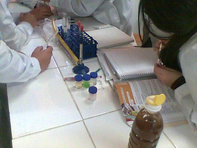 Estudiante realizando apuntes de un experimento