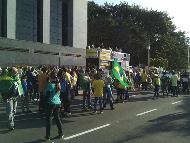Manifestação em apoio à Operação Lava Jato ocorre em Florianópolis na tarde deste domingo (31) (Foto: Ricardo Von Dorff/RBS TV)