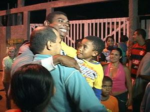 Pescador  Cristiano Pereira de Souza é recebido com festa no Espírito Santo (Foto: Reprodução/TV Gazeta)