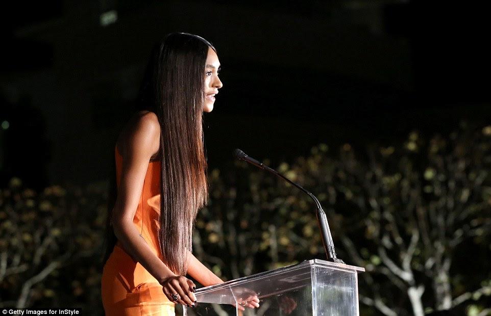 Fazendo um discurso: Ela se dirigiu à multidão com seus longos cabelos fluindo