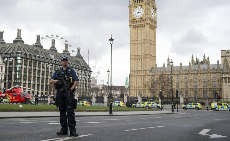 Agentes británicos montan guardia tras el atentado frente al Parlamento en Londres.