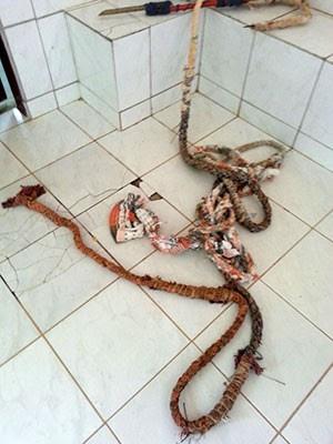 'Teresa' (corda improvisada com lençóis) foi apreendida pelos agentes penitenciários   (Foto: Divulgação/PM)